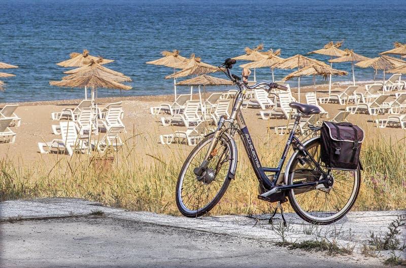 Bicicleta de viagem em terra o Mar Negro imagem de stock royalty free
