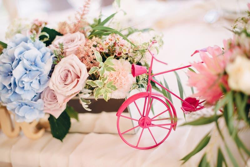 Bicicleta decorativa pequena com flores fotografia de stock royalty free