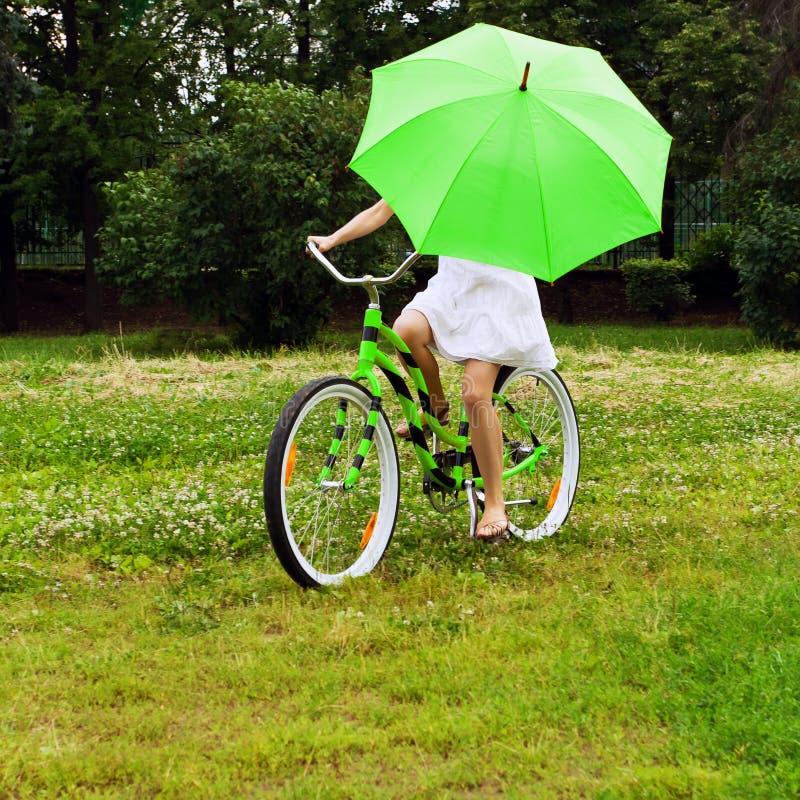 Bicicleta del montar a caballo de la mujer imágenes de archivo libres de regalías