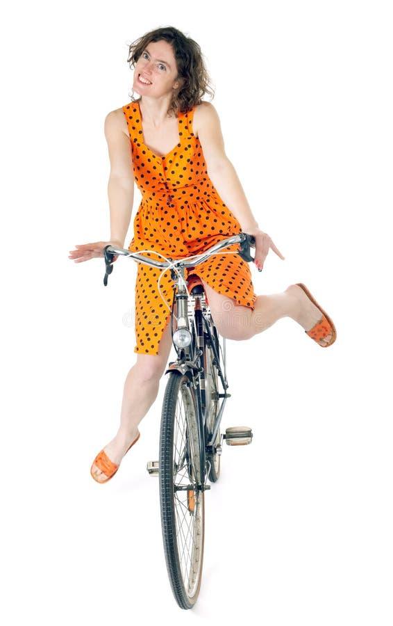 Bicicleta del montar a caballo de la mujer fotos de archivo libres de regalías