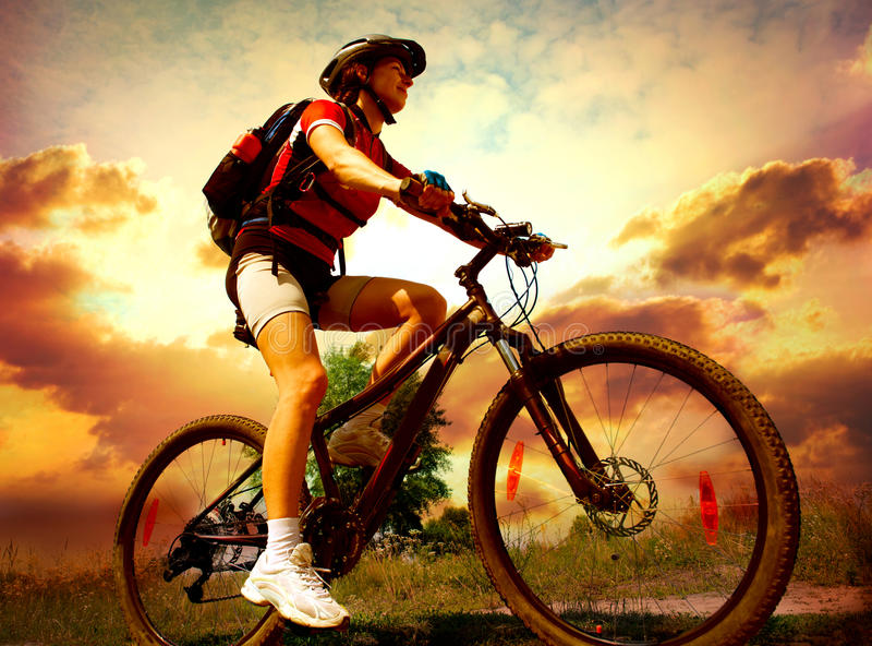 Bicicleta del montar a caballo de la mujer joven foto de archivo libre de regalías
