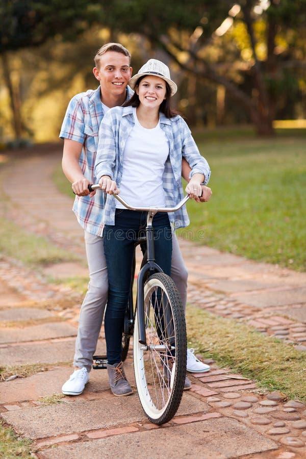 Bicicleta del montar a caballo de los pares fotografía de archivo libre de regalías