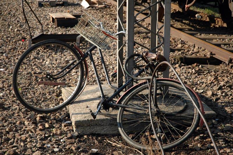 Bicicleta del repartidor imagen de archivo