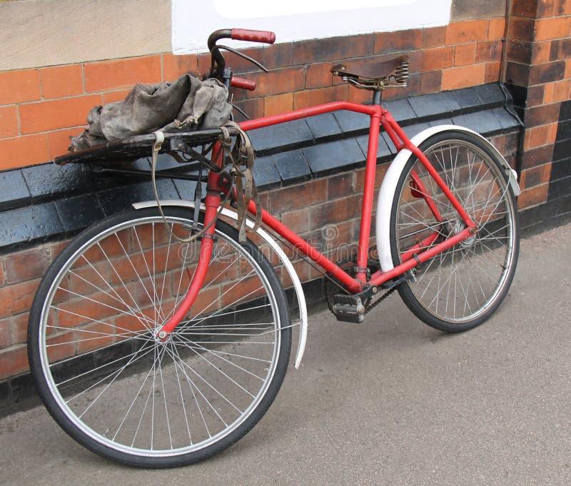 Bicicleta del reparto del correo fotos de archivo