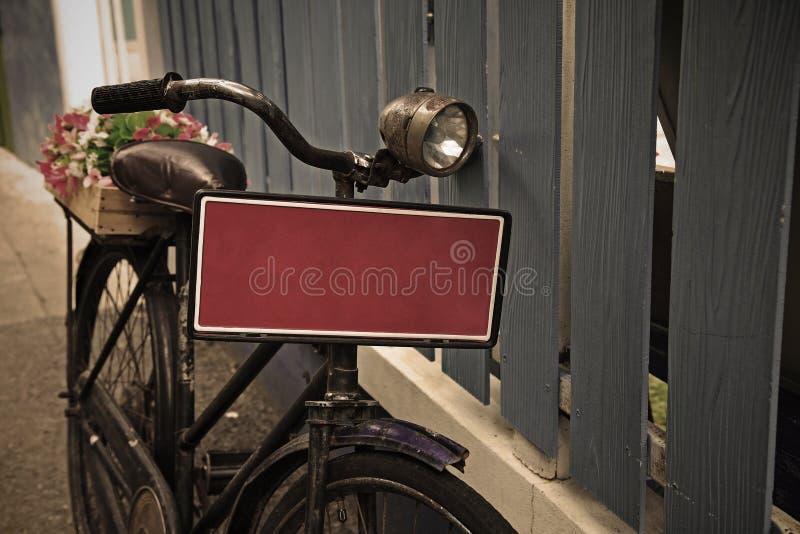 Bicicleta del vintage con la placa en blanco roja imagenes de archivo