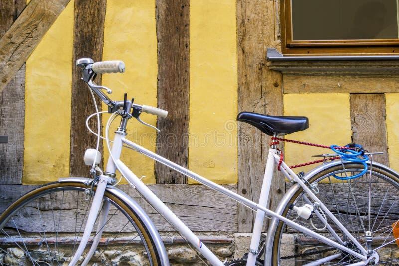 Bicicleta del vintage delante de la casa enmaderada vieja, media en Troyes, Francia fotos de archivo