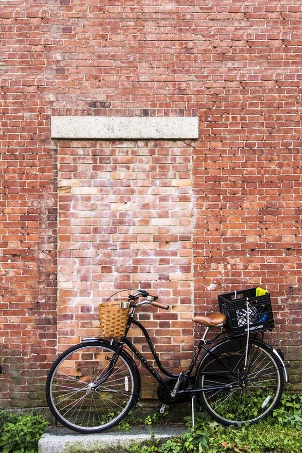 Bicicleta del vintage delante de una pared de ladrillo fotos de archivo