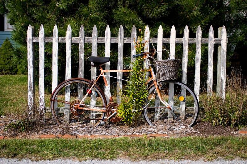 Bicicleta del vintage por la cerca imagenes de archivo