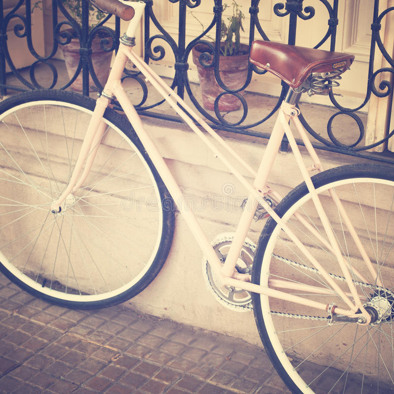 Bicicleta do branco do vintage fotografia de stock royalty free