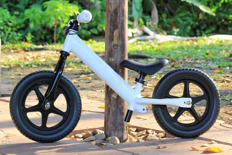 Bicicleta do equilíbrio no parque foto de stock