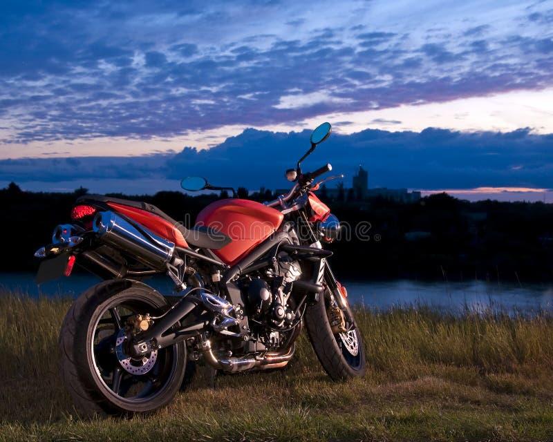 Bicicleta do esporte no crepúsculo fotografia de stock royalty free