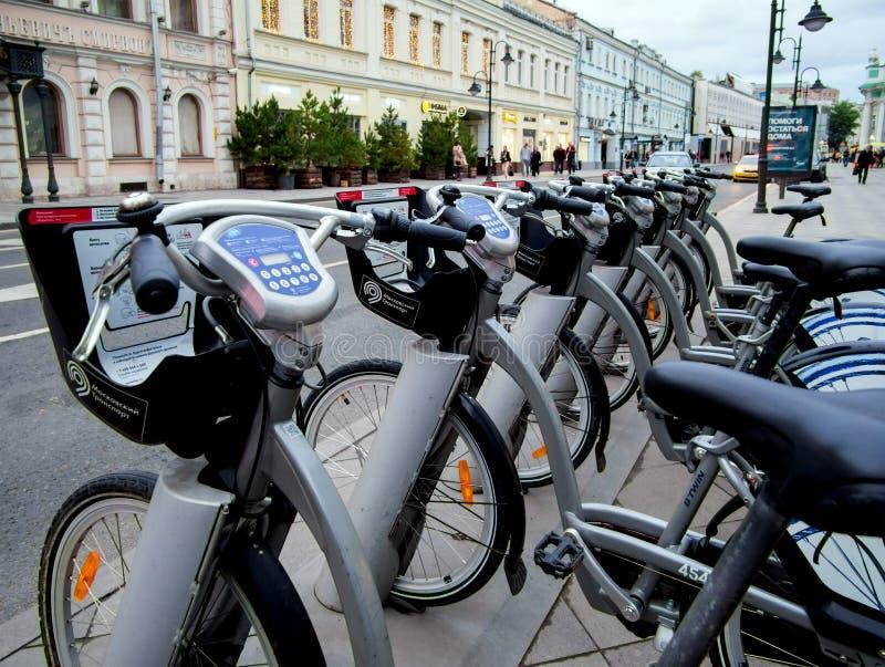 Bicicleta do estacionamento na estação de metro de Moscou imagens de stock