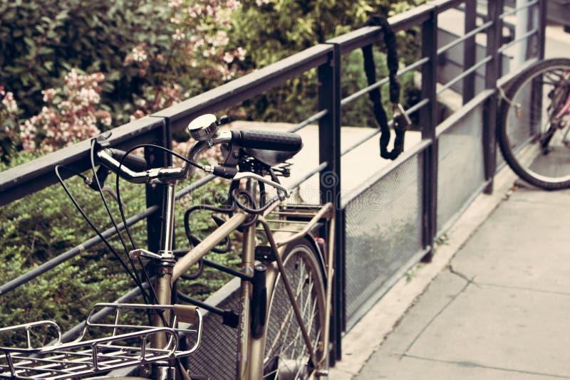 Bicicleta do metal que pendura em uma cerca foto de stock