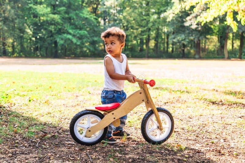 Bicicleta do passeio do afro-americano ou do rapaz pequeno do latino exterior fotografia de stock royalty free