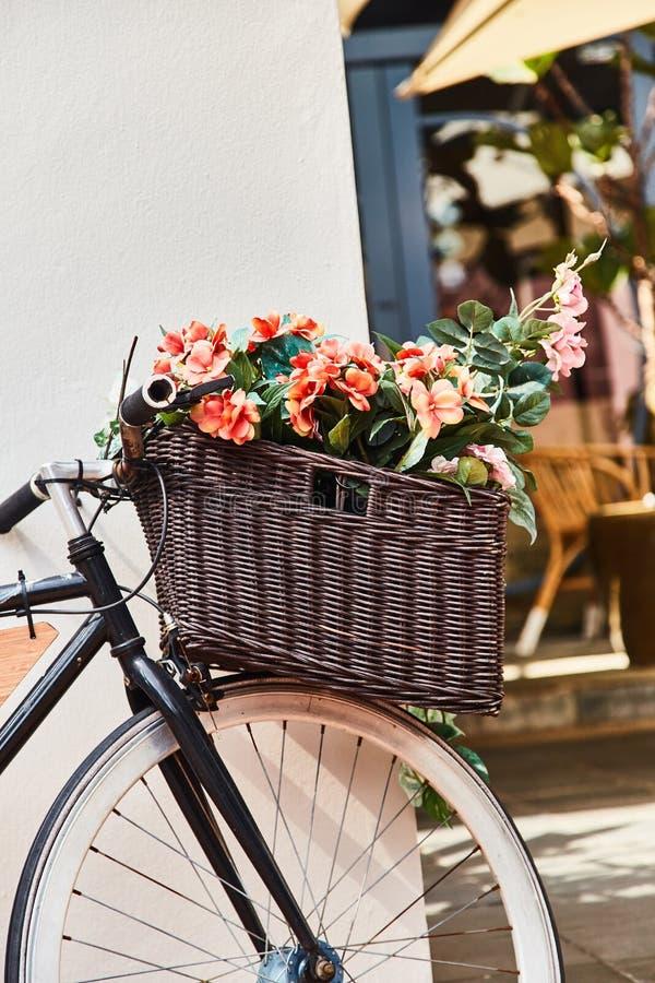Bicicleta do vintage com a cesta contra o fundo branco da parede Close-up imagem de stock