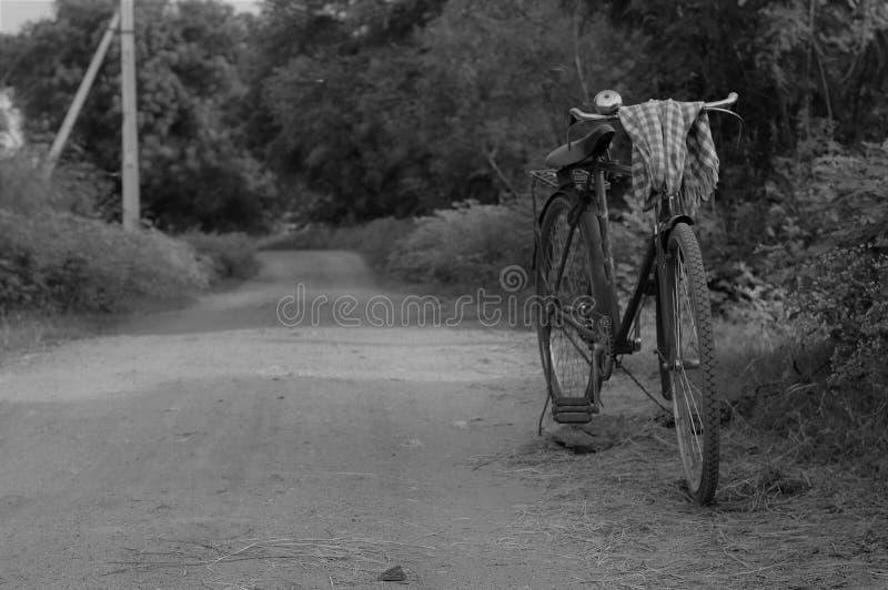 Bicicleta do vintage da vila indiana imagens de stock royalty free