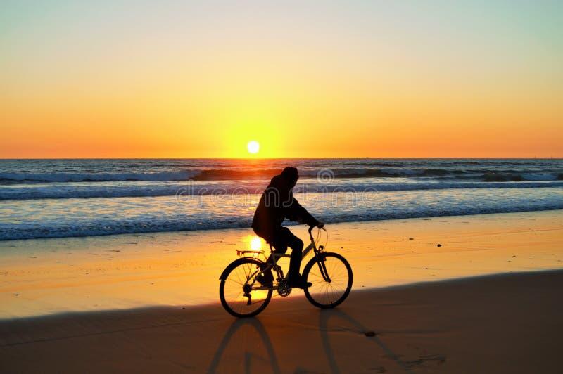 Bicicleta do whith do por do sol fotografia de stock