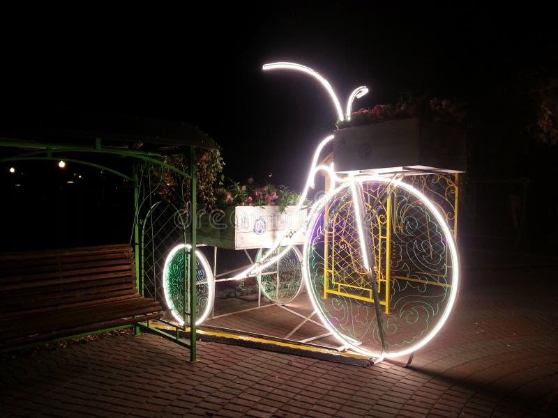 Bicicleta e banco de incandescência imagens de stock