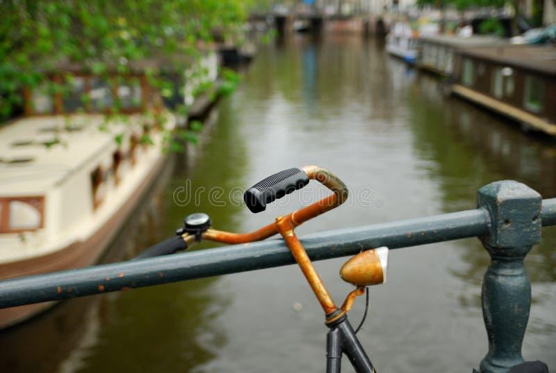 Bicicleta e canal holandeses em Amsterdão fotografia de stock