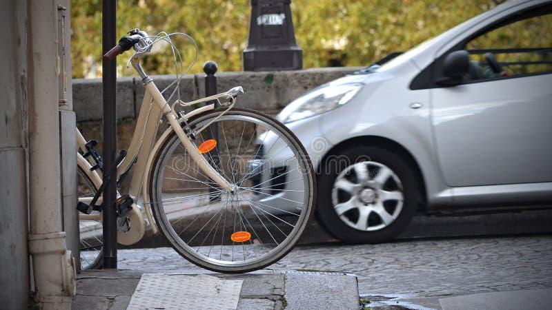 Bicicleta e carro fotos de stock