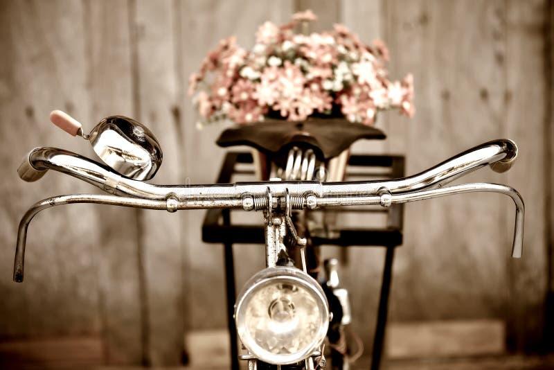 Bicicleta e flor velhas imagem de stock