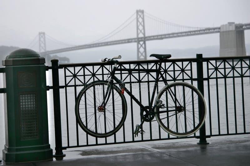 A bicicleta e a noiva do louro na névoa e na chuva Ferry Buil imagem de stock