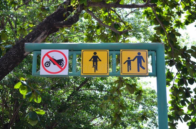 A bicicleta e o pedestre compartilharam do sinal da rota no letreiro verde do metal imagens de stock royalty free