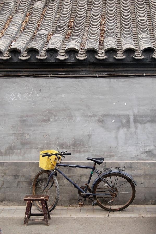 Bicicleta e tamborete em um hutong fotografia de stock royalty free