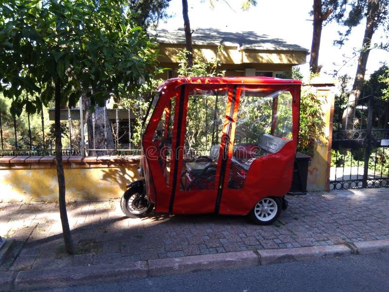 Bicicleta elétrica vermelha estacionada na rua imagem de stock royalty free