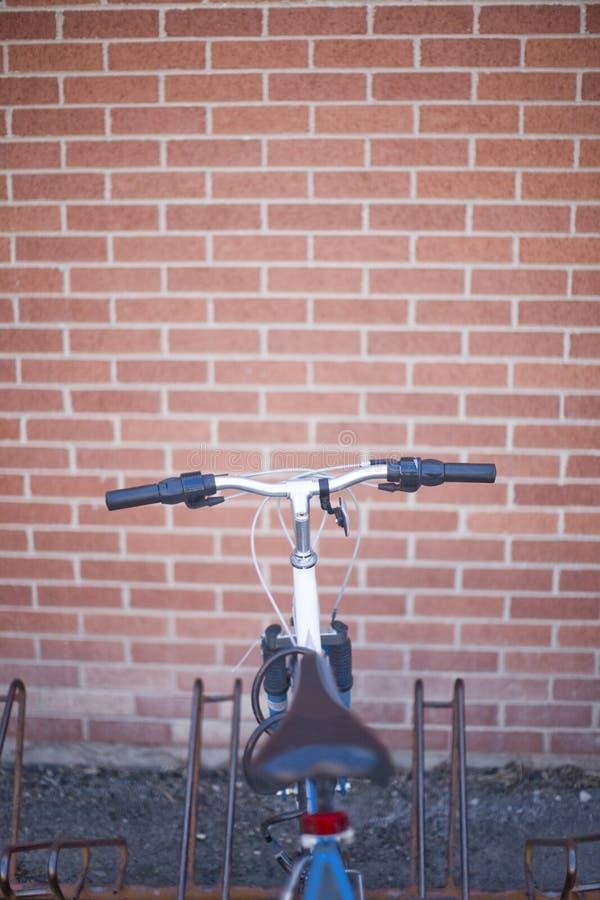 Bicicleta em uma cremalheira da bicicleta foto de stock