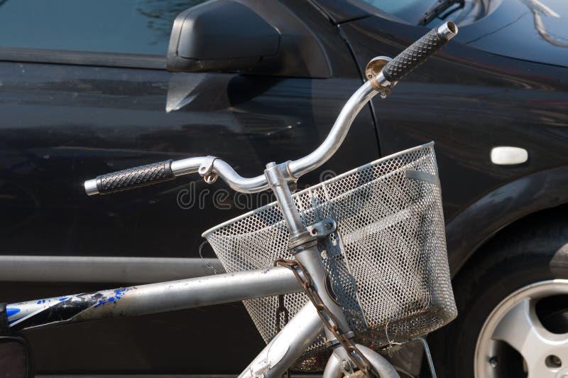 Bicicleta en aparcamiento. fotos de archivo