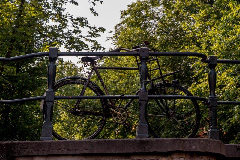 Bicicleta en el puente en Amsterdam fotos de archivo libres de regalías