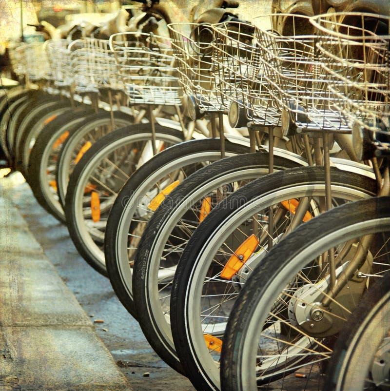 Bicicleta en fila en la calle fotos de archivo