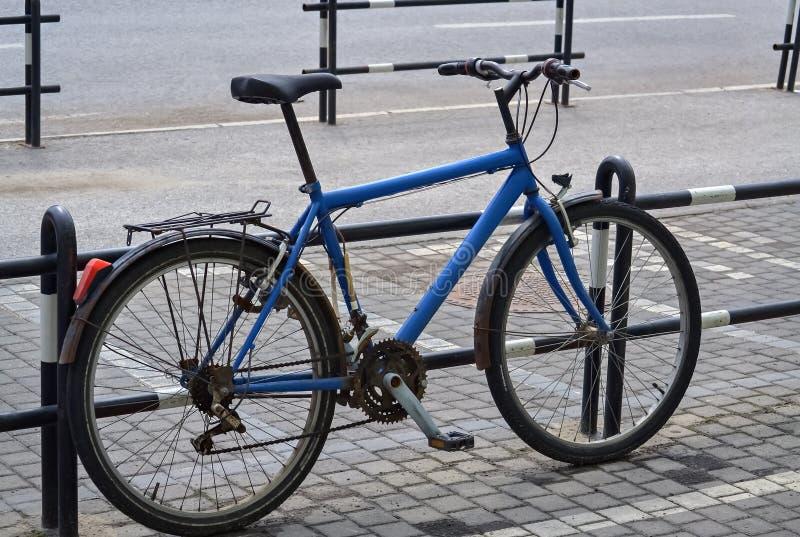 Bicicleta en la calle fotografía de archivo