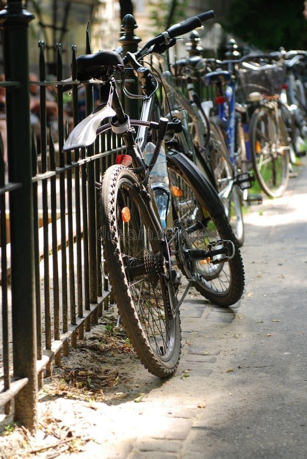 Bicicleta en la calle de la ciudad foto de archivo libre de regalías