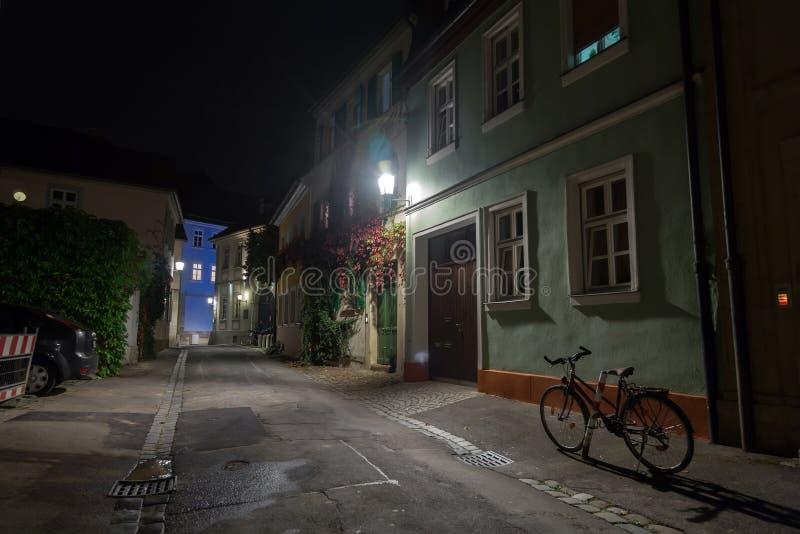Bicicleta en la calle europea de la ciudad de la noche fotos de archivo