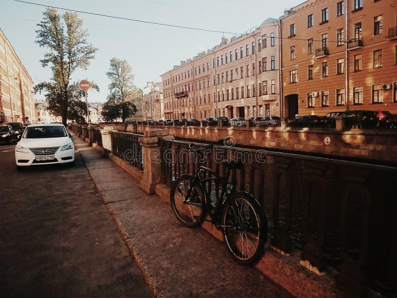 Bicicleta en la ciudad imagenes de archivo