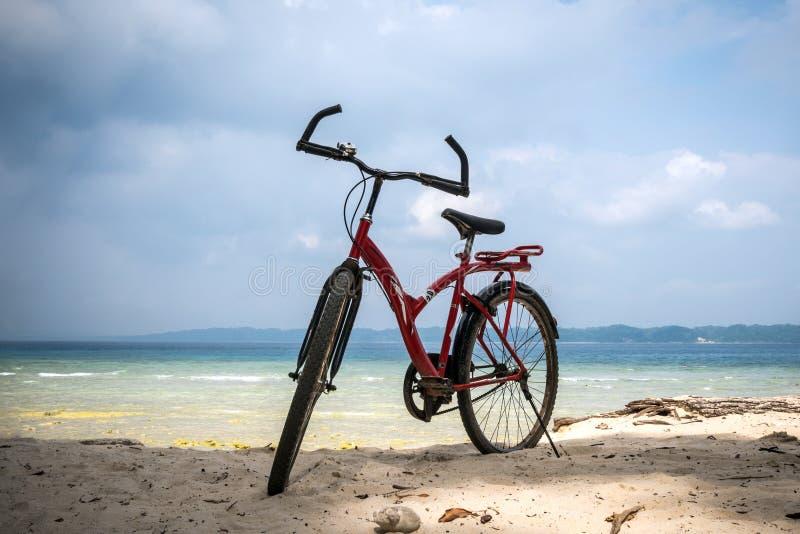 bicicleta en la playa en el cielo azul foto de archivo