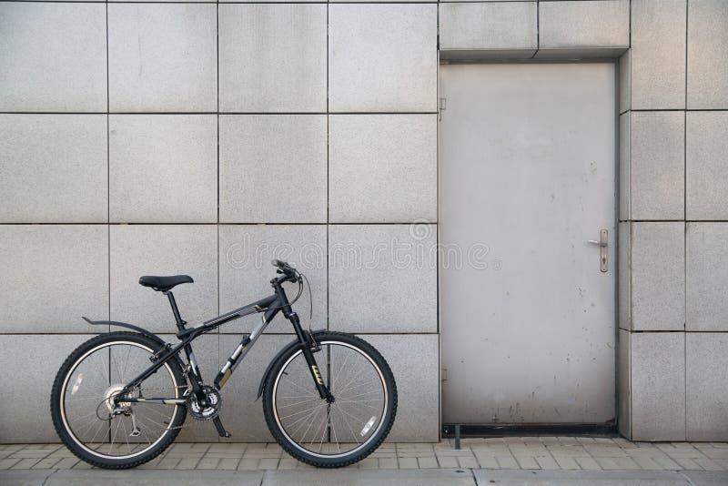 Bicicleta en la puerta foto de archivo