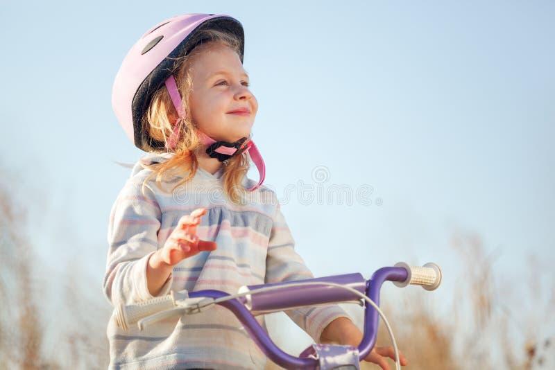 Bicicleta engraçada pequena da equitação da criança imagem de stock