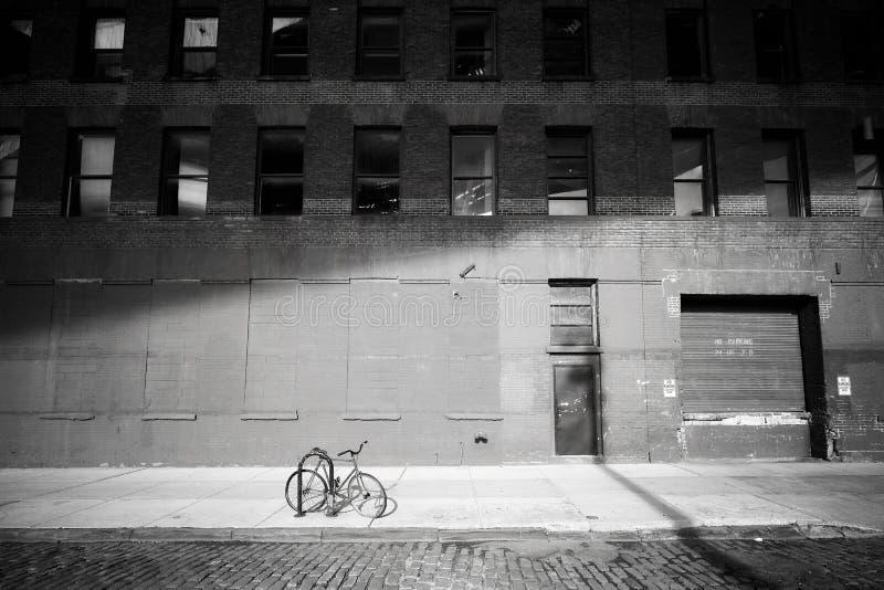 Bicicleta esquecida Bicycle fechado por uma rua na vizinhança de Dumbo foto de stock royalty free