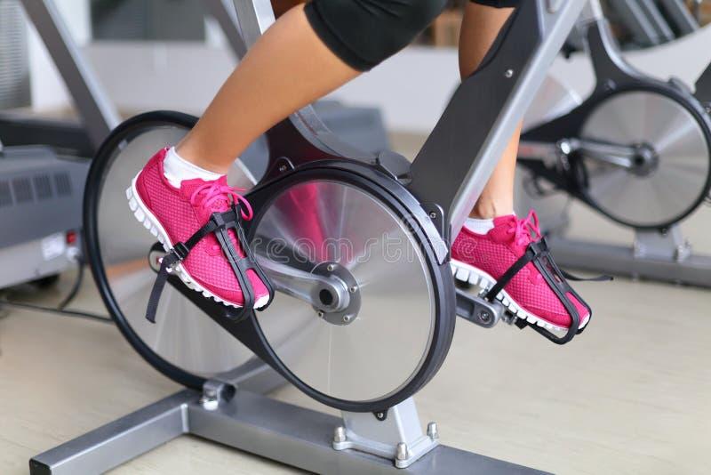 Bicicleta estática con las ruedas de hilado - el biking de la mujer imagen de archivo