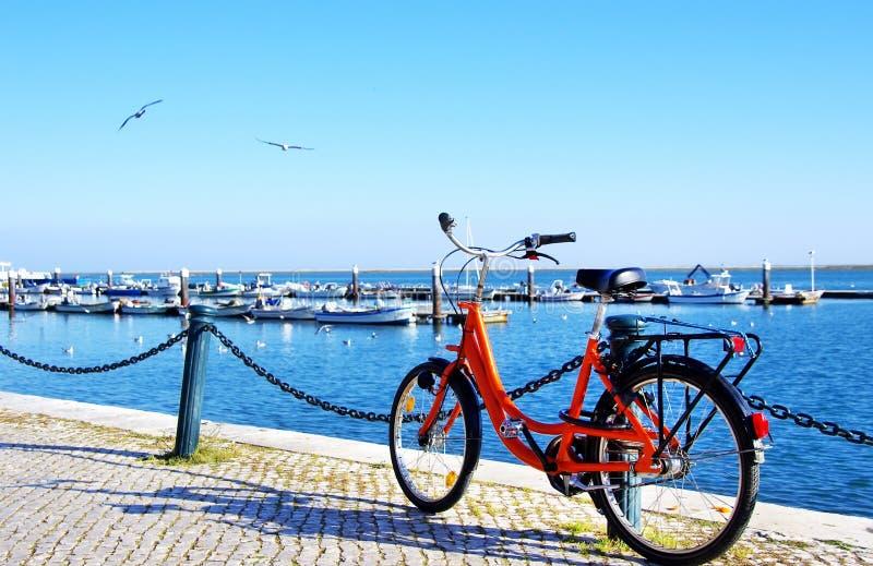 Bicicleta estacionada ao longo do porto do Algarve fotos de stock royalty free