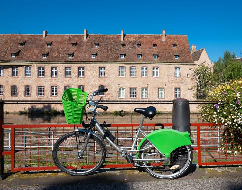 Bicicleta estacionada em Strasbourg fotos de stock royalty free