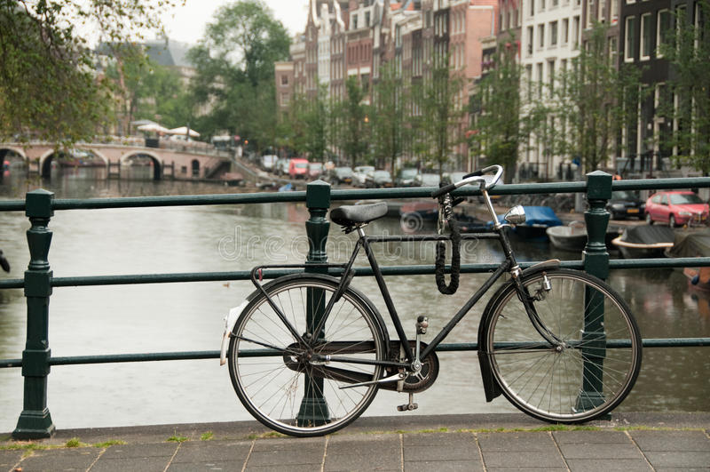 Bicicleta estacionada em uma ponte imagens de stock