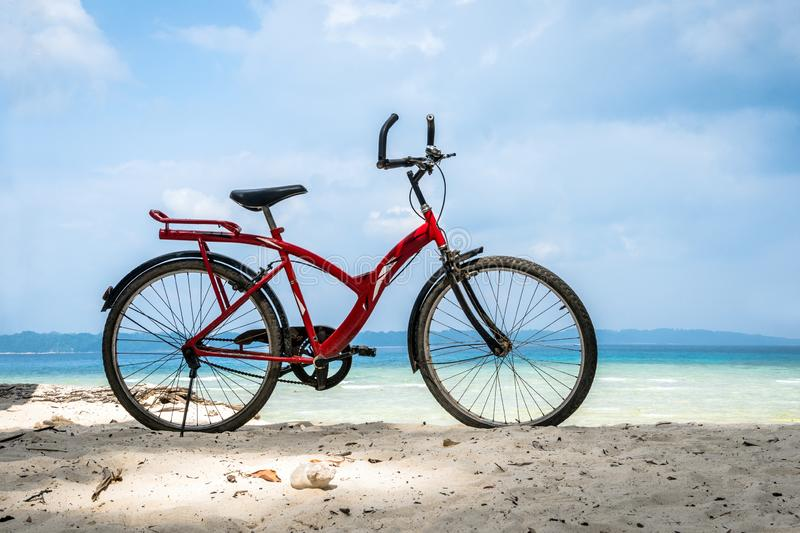 Bicicleta estacionada pelo mar fotografia de stock royalty free