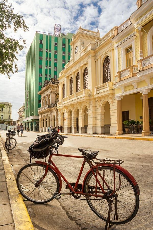 A bicicleta estacionou no centro de Santa Clara, Cuba, em um domingo m fotografia de stock royalty free