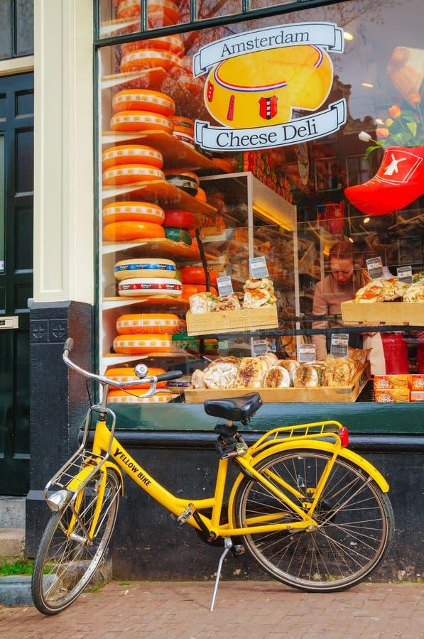 A bicicleta estacionou perto de uma mercearia em Amsterdão, Países Baixos foto de stock