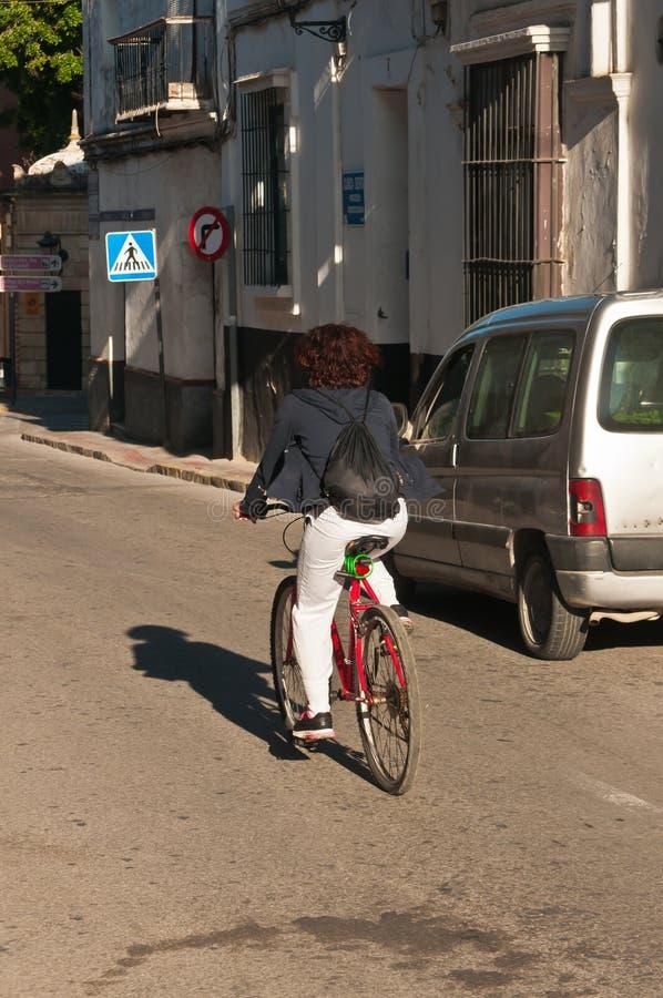 Bicicleta fêmea nova da venda ambulante a trabalhar na rua vaga na Espanha foto de stock