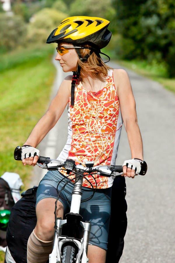 Bicicleta fêmea sportive nova foto de stock royalty free